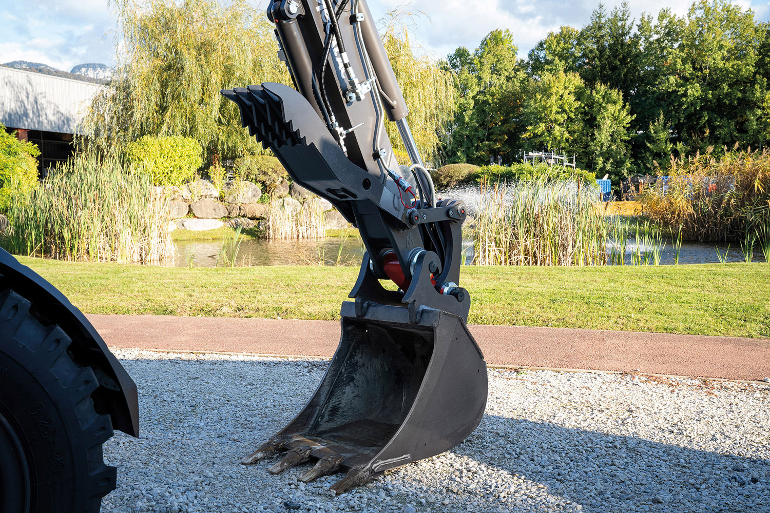 Mecalac launches an hydraulic thumb for its 6MCR and 7MWR excavators